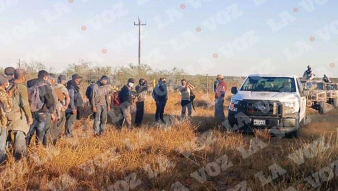 Elementos de Seguridad Pública detectaron 3 vehículos que circulaban a exceso de velocidad en ese tramo, y en cada uno se observaba una gran cantidad de personas.