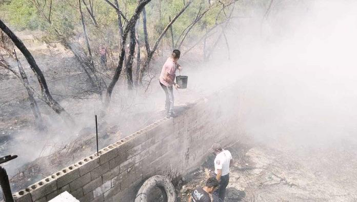 Los vecinos apoyaron a los Bomberos sofocando con tinas el incendio en lo que ellos llegaban al lugar