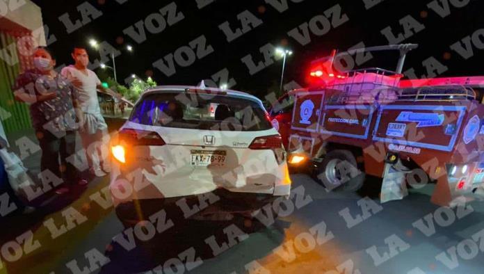 Elementos del Heroico Cuerpo de Bomberos de inmediato se aproximaron al lugar del accidente y auxiliaron a la afectada.