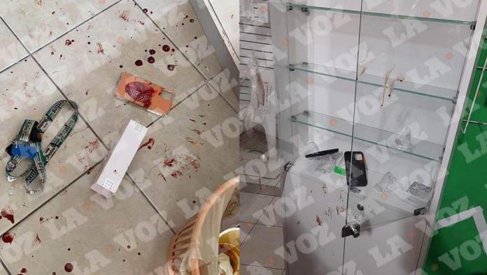Al causar los daños, aparentemente, el ladrón se lesionó dejando sangre por todo el local. Se llevó varios teléfonos de última tecnología.