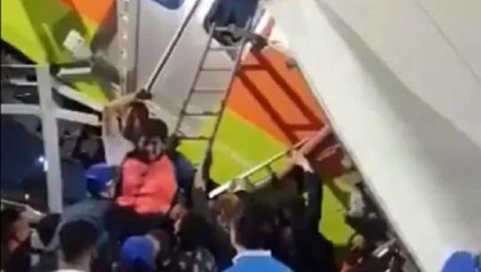 VIDEO: Rescatan a pasajeros del tren del Metro que se desplomó