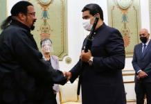 Nicolás Maduro empuña una espada samurái que le regaló el actor Steven Seagal
