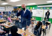 Biden cumple meta de escuelas abiertas en 100 días; 54% con actividad