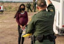 Migrantes son vacunados en frontera EU-México; usan dosis Pfizer