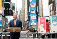 Vacunación gratis para los turistas en Nueva York: el plan del alcalde Bill de Blasio