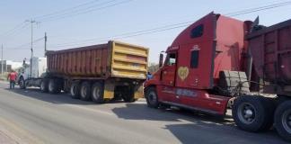 Paraliza trailero el tráfico