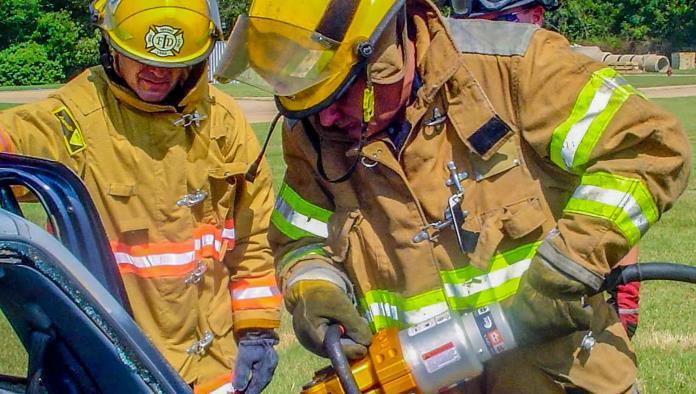 Capacitan a bomberos
