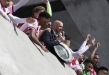 Ajax funde su trofeo para repartirlo entre aficionados