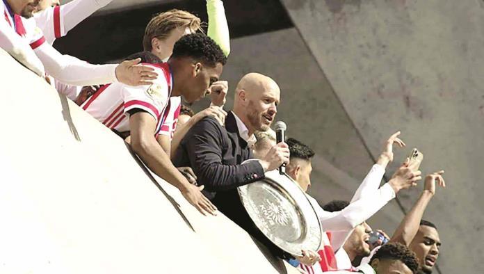 Ajax funde su trofeo para repartirlo