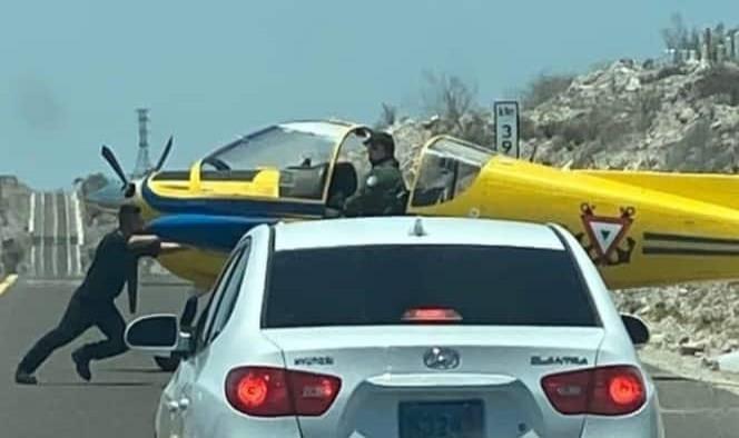 ¡De película! Aterriza avioneta en carretera de La Paz