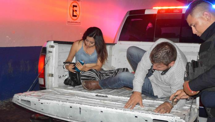 Una pareja bebían en automóvil