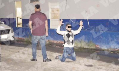 Drogado y alcoholizado se ´rinde´ detenido hincado en la calle