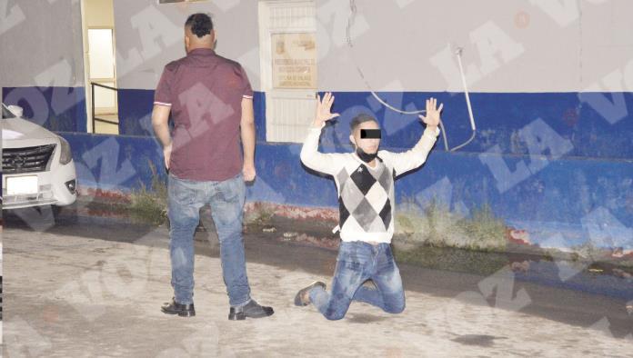 Drogado y alcoholizado se 'rinde' detenido hincado en la calle