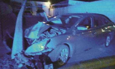 Se impacta en poste el auto quedó destrozado en la Avenida Constitución
