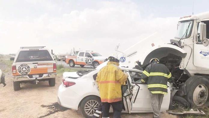 Tráiler destroza auto; 2 muertos