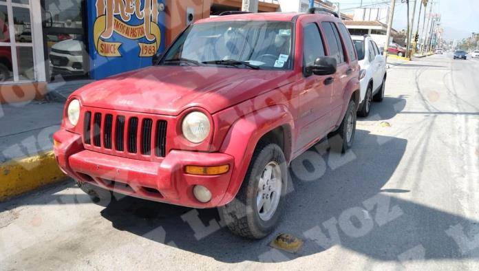 Se impacta Jeep contra una Nissan