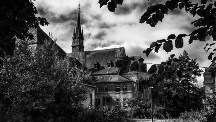 Hallan los restos de 215 niños en el sitio de un antiguo internado en Canadá