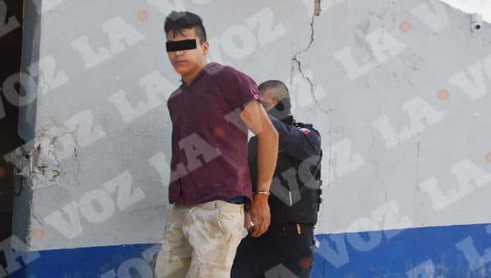 Entrega madre a su hijo a policías