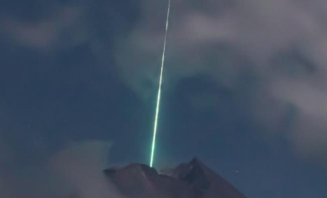 Video impactante: cae un meteorito sobre el volcán más activo