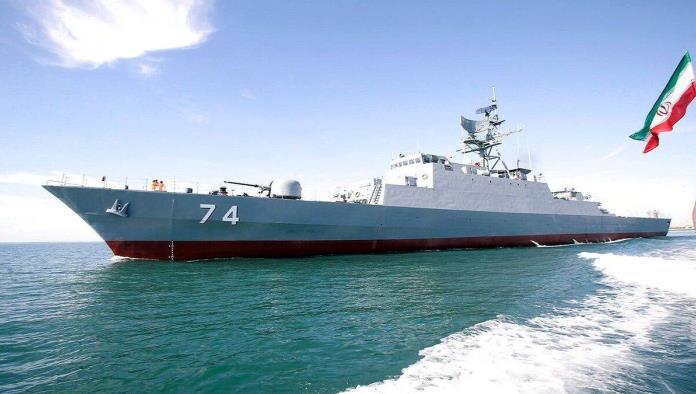 Se incendia y hunde uno de los más grandes buques militares de Irán