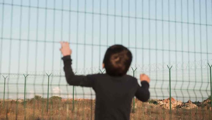 """""""¡No se vayan!"""": el momento en que abandonan a un niño de 5 años en la frontera de EEUU"""