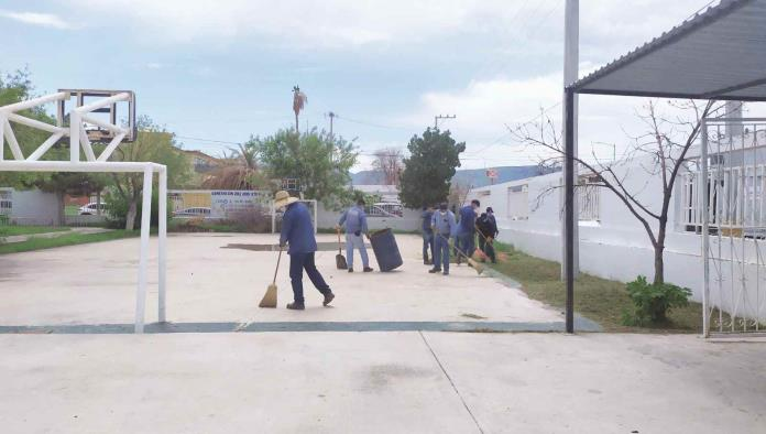Limpian escuelas