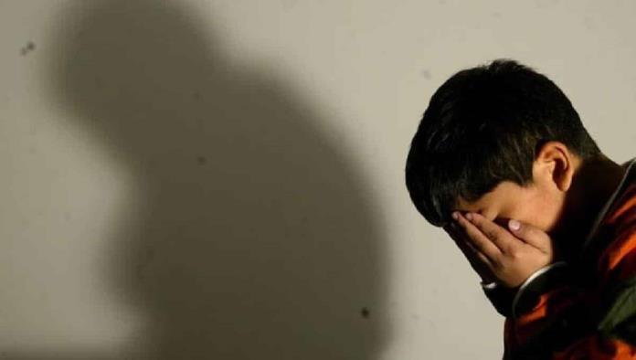 Adolescente invidente muere de hambre; arrestan a sus padres adoptivos