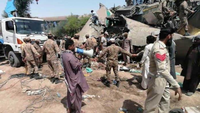 Choque de trenes deja al menos 40 muertos en Pakistán