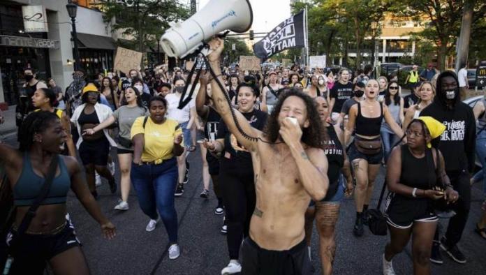 Resurgen protestas en Minneapolis tras muerte de afroamericano a manos de policías