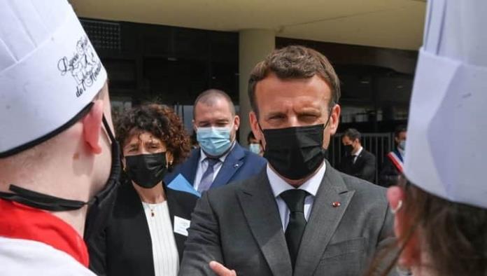Dan cachetada a Emmanuel Macron al acercarse a multitud