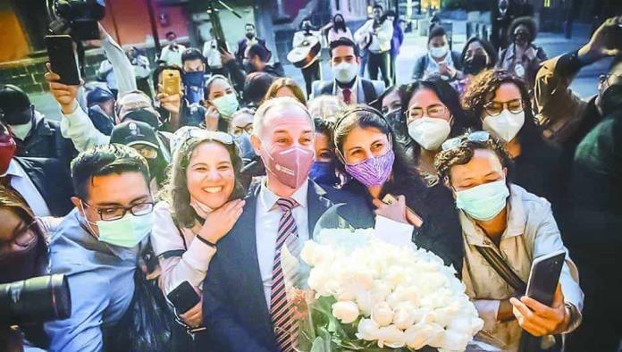 Con mariachi y flores, López-Gatell despide las conferencias