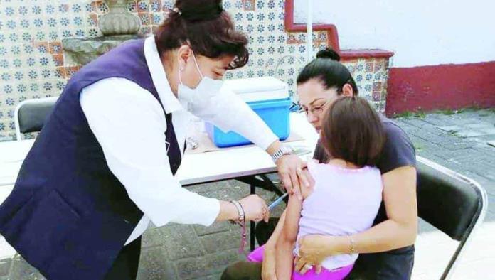 Vacunan a niños en clases presenciales