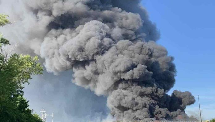 Momento en el que se produce una enorme explosión en una planta química de Illinois