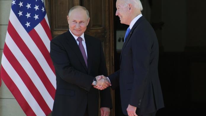 Con apretón de manos, inicia reunión entre Biden y Putin