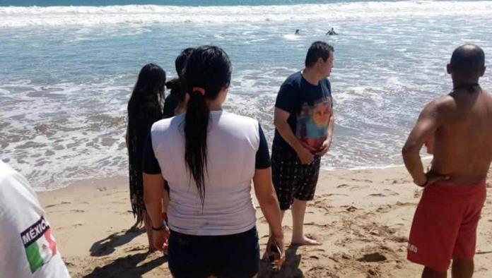 Salvavidas de Mazatlán rescatan a turistas arrastrados por las olas