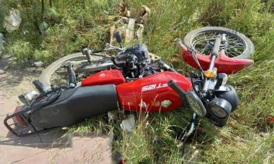 Impacta su moto en camioneta