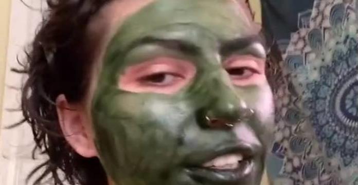 Mujer termina con la cara verde tras usar mascarilla de clorofila