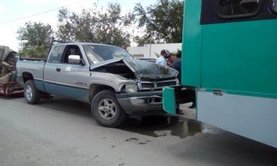 Choca con camión de empleados