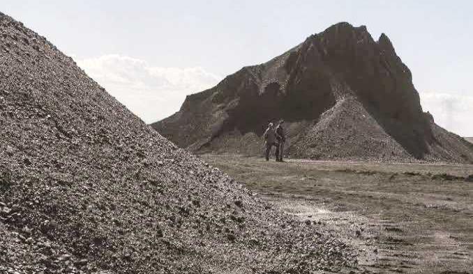 Grave minero, le cayó piedra