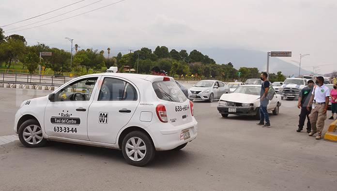 Lesiona a taxista en accidente