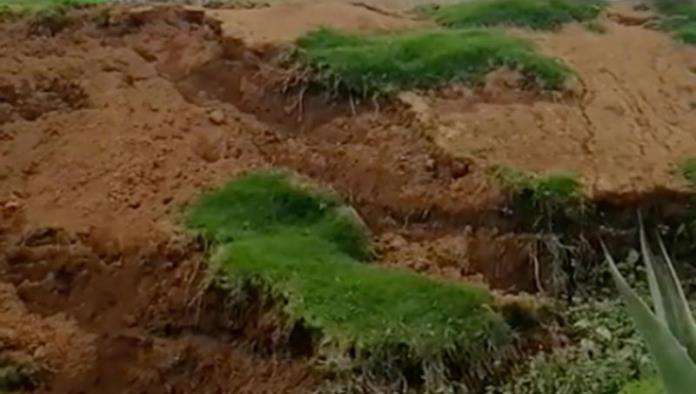 Excavan para cisterna y se forma nuevo socavón en Puebla, afecta camino y casa