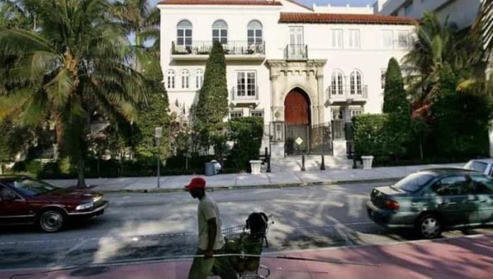 2 hombres son hallados muertos en la antigua mansión de Versace