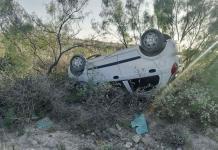 Localizan vehículo volcado