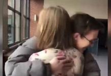 Invita a su novia ciega al baile de graduación; usa chocolates con braille