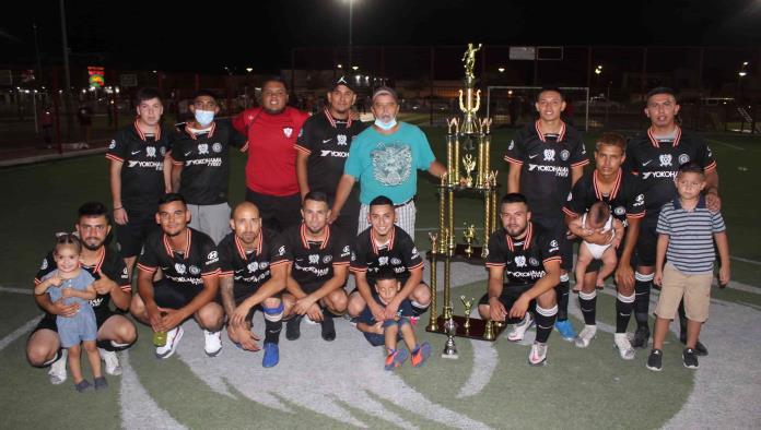 La González  levantan  el trofeo