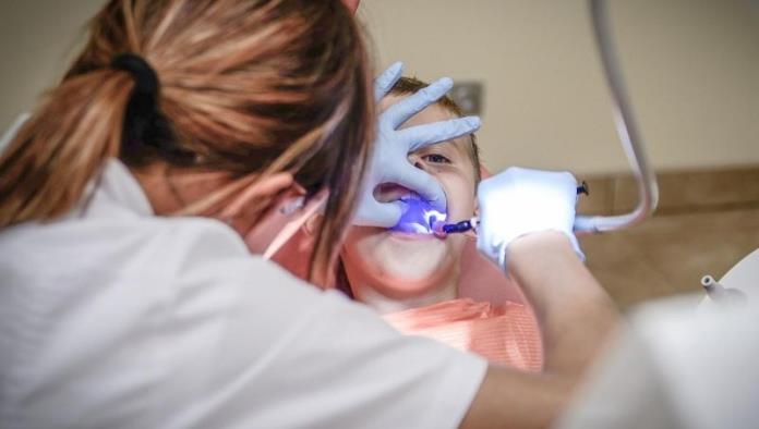 Cae mujer que fingió ser dentista y le quitó 13 dientes a un paciente