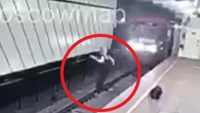 !De milagro! Hombre se arroja a vías del metro y sobrevive