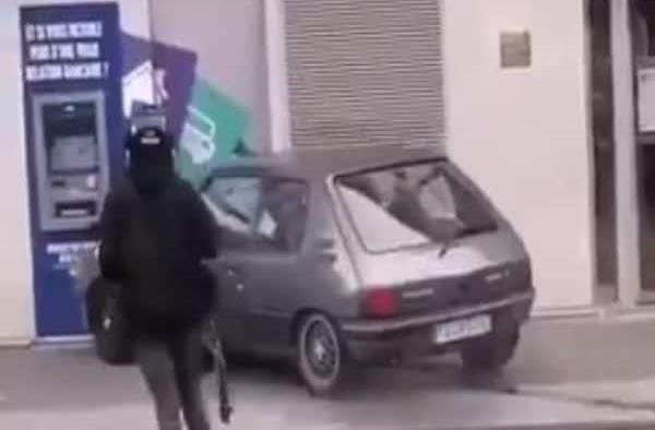 Ladrones intentan robar un cajero automático; destruyen su auto y huyen en motocicleta