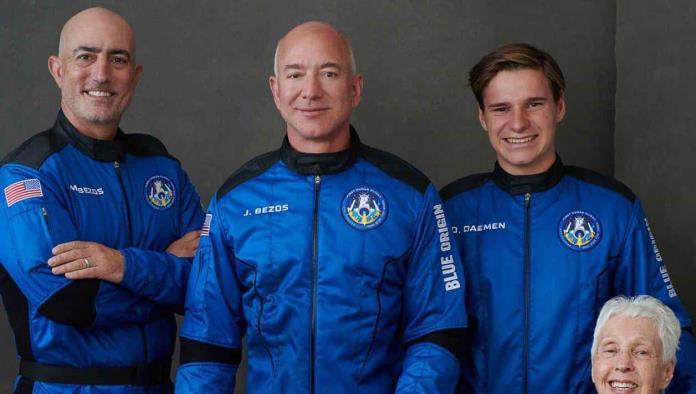 ¡Todo un éxito!; Jeff Bezos vuelve de su viaje al espacio