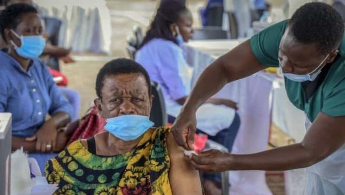 Estafa en Uganda: inyectaban agua y cobraban hasta $2 mil 500 por vacuna
